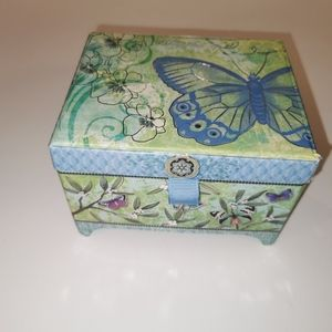 Box with 2 soaps plays Swan Lake
